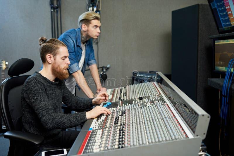 Solide Produzenten im Studio lizenzfreie stockfotografie
