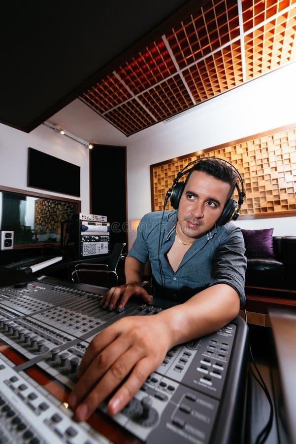 Solider Techniker In Recording Studio lizenzfreie stockbilder