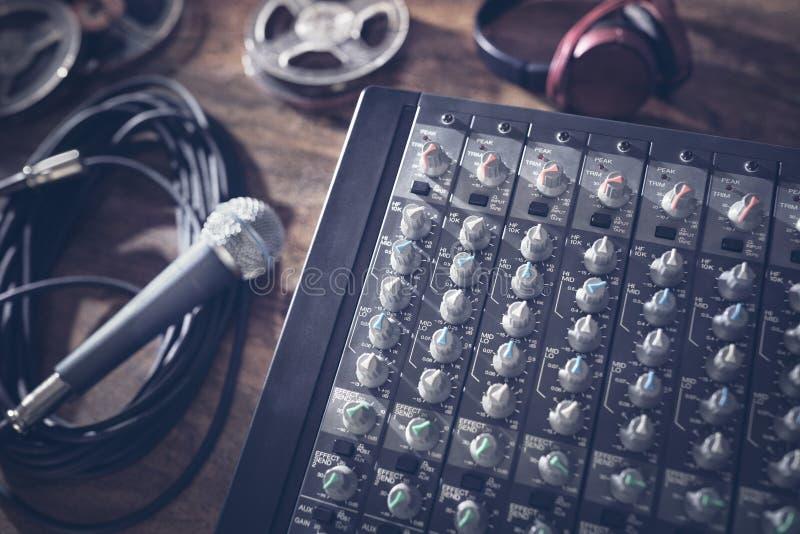Solider Tonstudiomischerschreibtisch mit Mikrofon lizenzfreie stockbilder