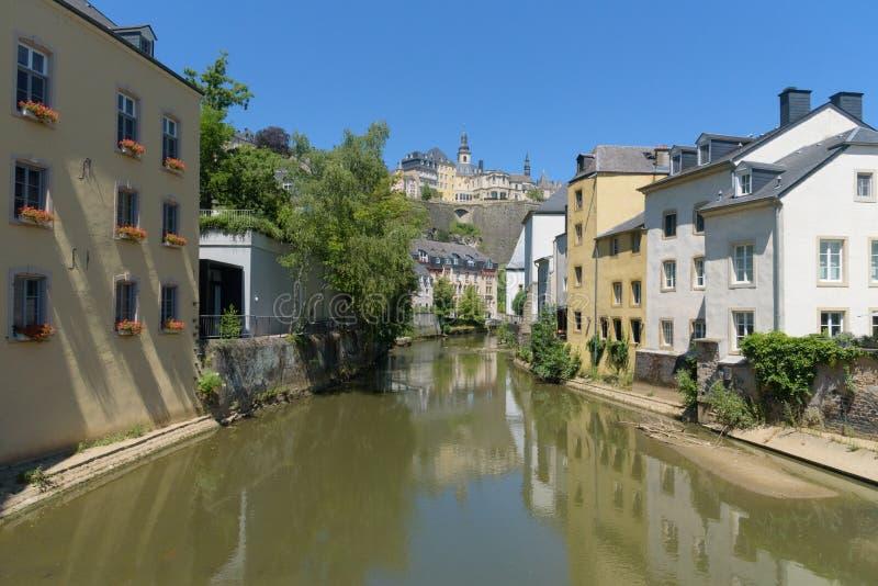 Solig alzetteflodplats i Luxembourg från gatan royaltyfri bild