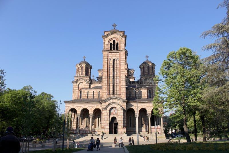 Solig dag i Belgrade och en tempel 'Sveti Marko ', arkivfoton