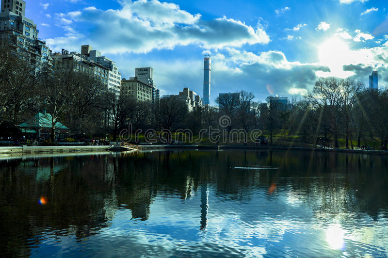 Solig dag i Central Park sjön arkivbild