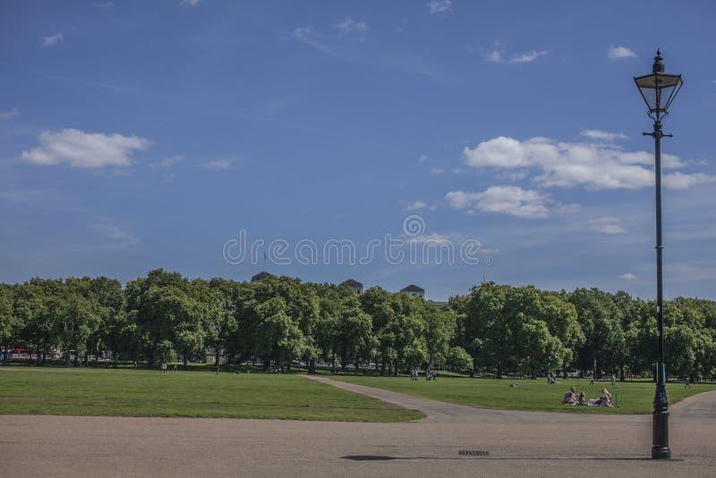 Solig dag i Hyde Park och en lampstolpe royaltyfri bild