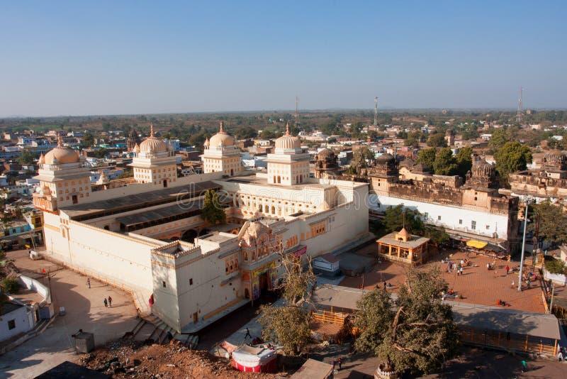 Solig dag ovanför den historiska templet i Orchha arkivfoto