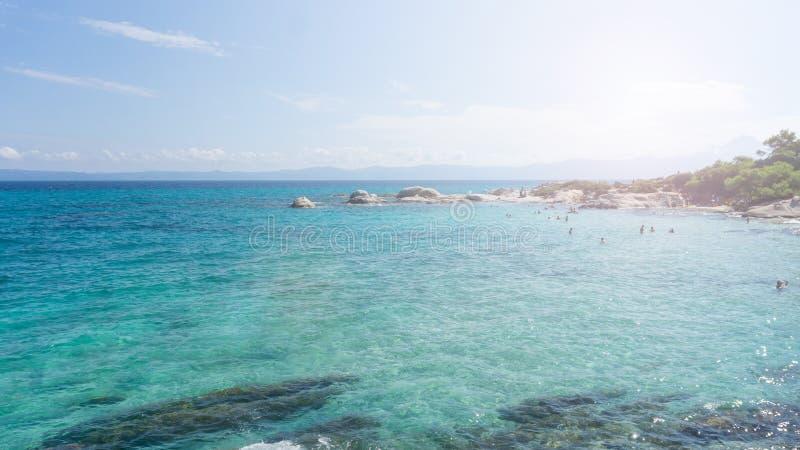 Solig dag på den orange stranden av halkidikien, Grekland Härlig strand med klart turkosblått vatten royaltyfria foton