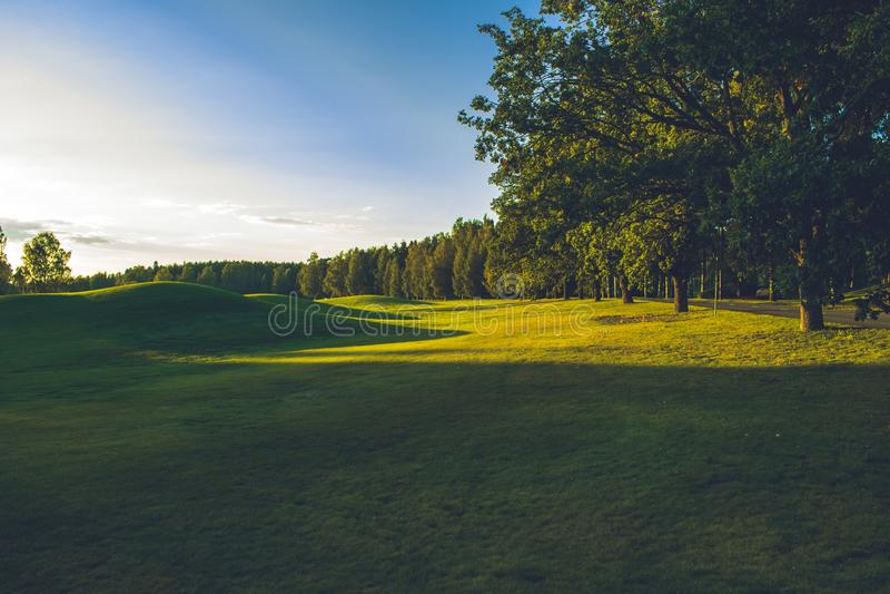 Solig dag på golfbanan arkivfoton