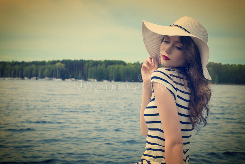 Solig dag på sjön i vit Hand-drog konturlinjer och slaglängder royaltyfria foton