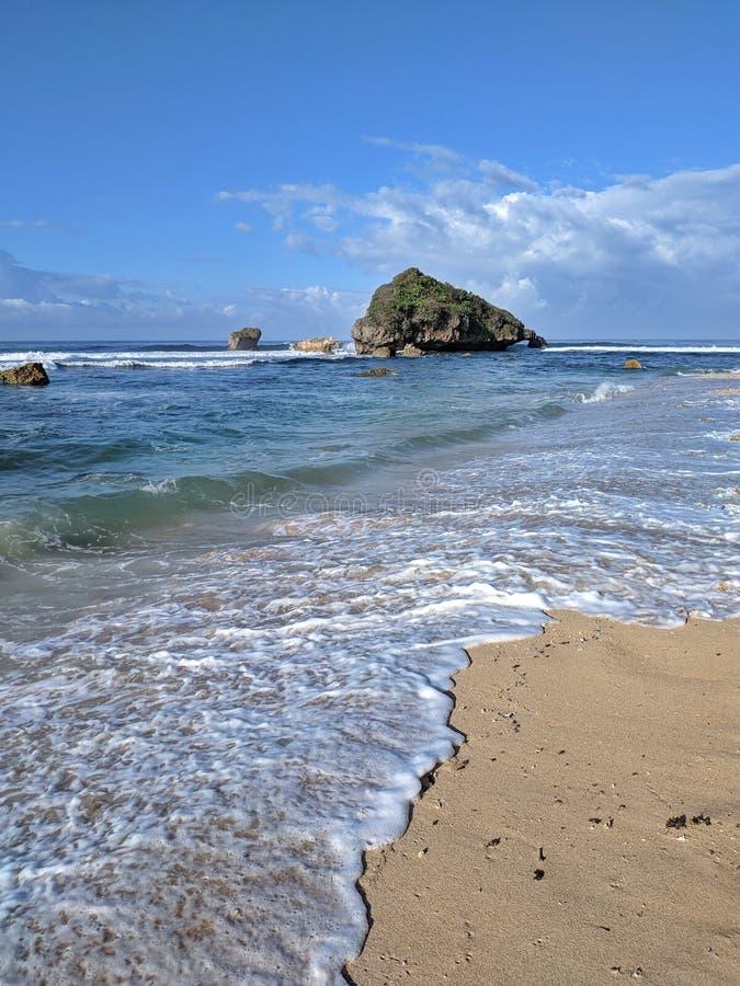 Solig dag på stranden, härlig tropisk strand i Yogyakarta, Indonesien royaltyfria foton