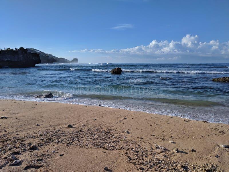 Solig dag på stranden, härlig tropisk strand i Yogyakarta, Indonesien royaltyfria bilder