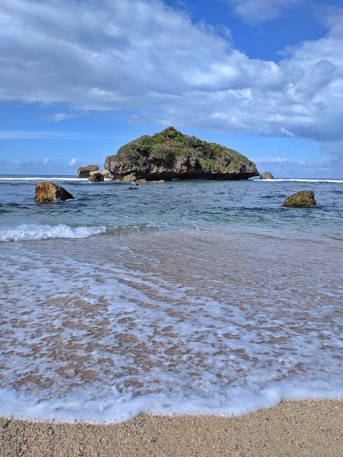 Solig dag på stranden, härlig tropisk strand i Yogyakarta, Indonesien arkivbilder