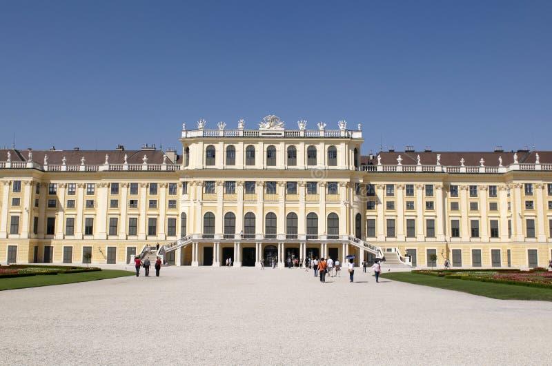 solig dagslottschonbrunn royaltyfria foton