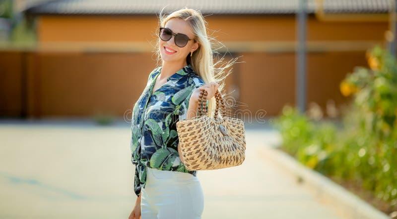 Solig livsstilmodestående av den unga stilfulla hipsterkvinnan som går, stående för sommar för nätt kvinna för oung utomhus- clos royaltyfri fotografi