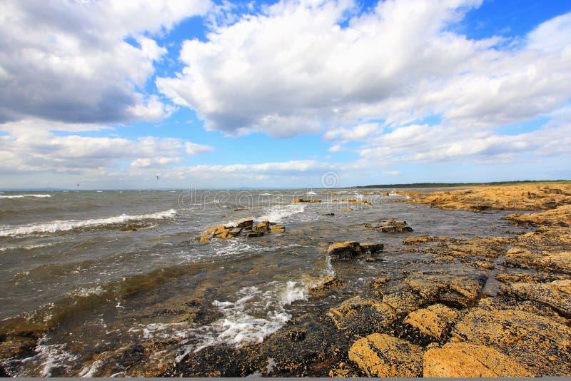 solig longnaddry skotsk seashore för dag royaltyfri bild
