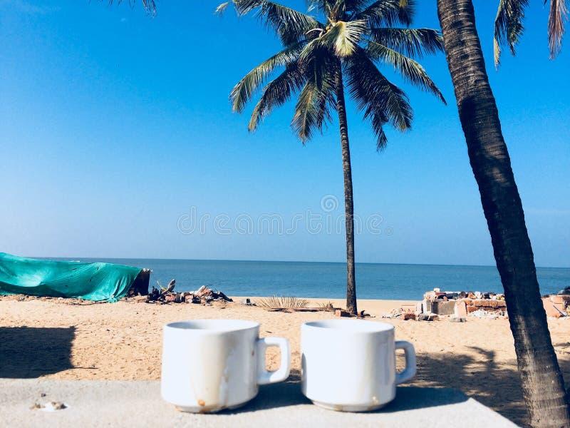 Solig morgon för strandkaffe arkivfoto