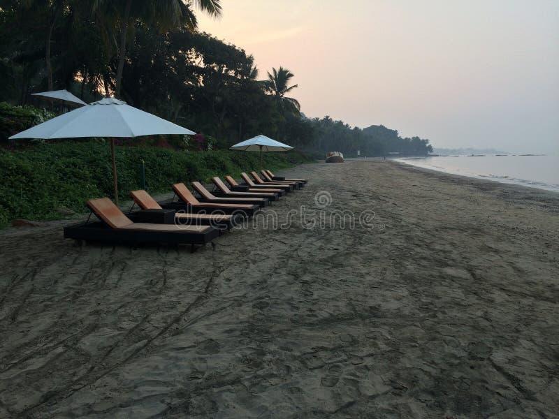 Solig morgon för strandkaffe arkivbilder