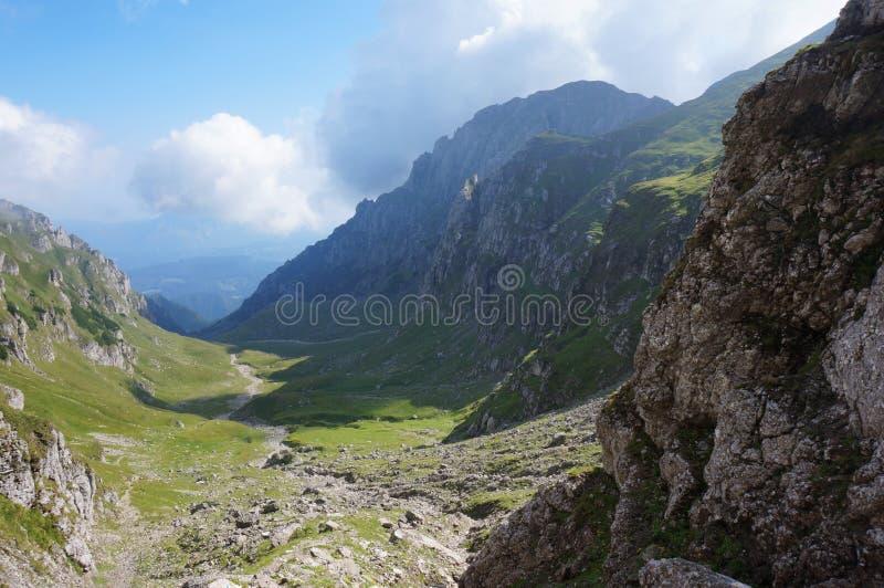 Solig morgon i de Rumänien bergen arkivbild