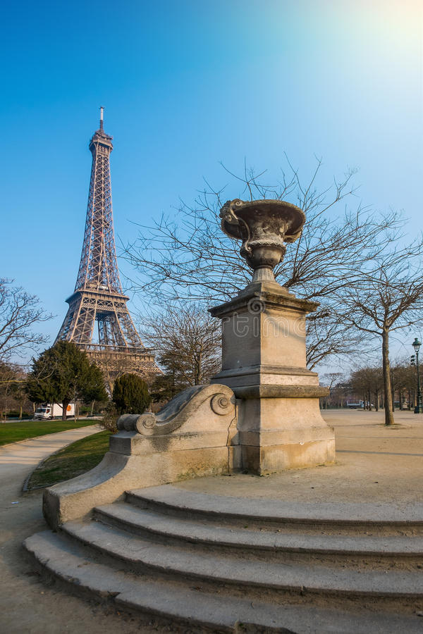 Solig morgon i trädgårds- Eiffeltorn, Paris arkivbilder