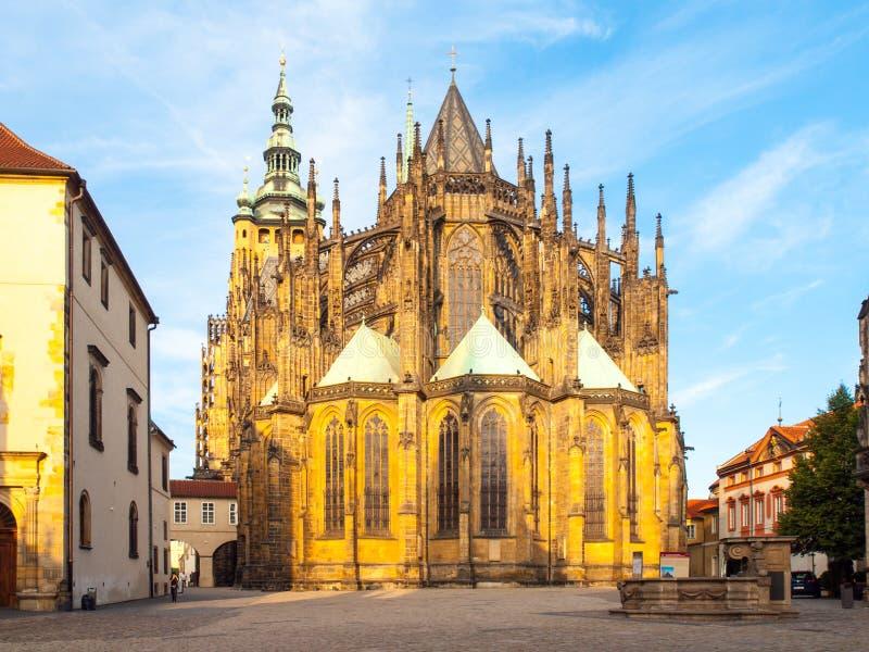 Solig morgon på helgonet Vitus Cathedral, Prague slott, Prague, Tjeckien arkivbild
