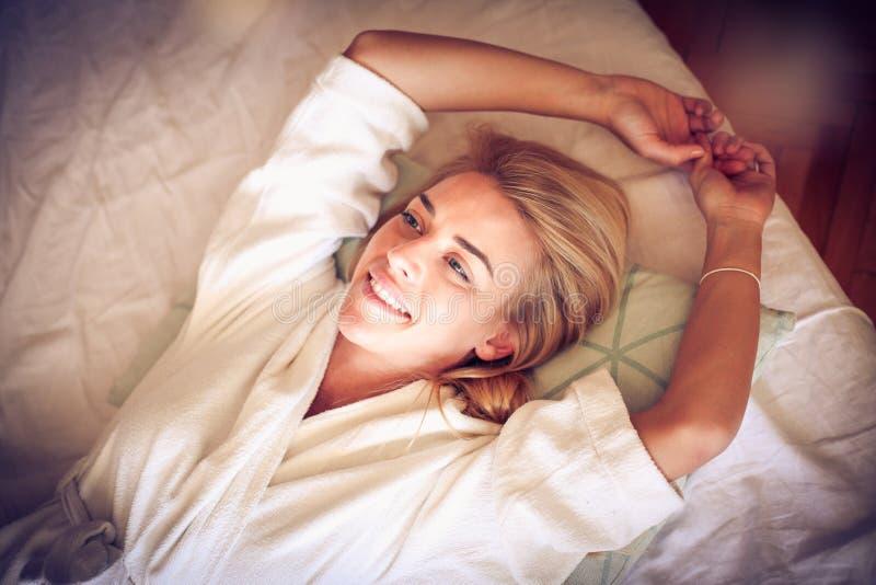 Solig och lycklig morgon 15 woman young royaltyfri bild