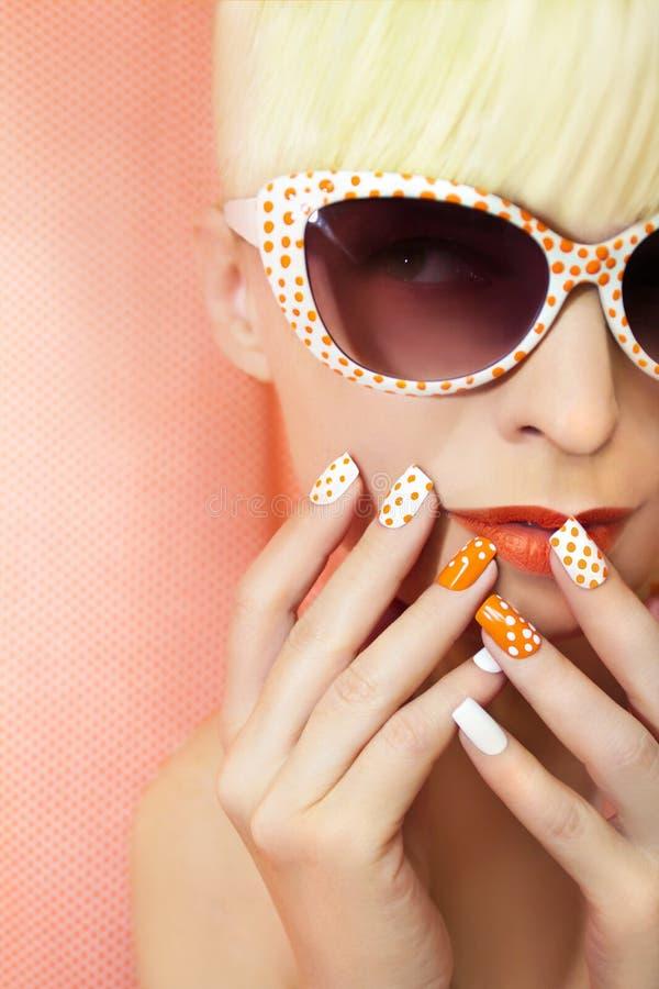Solig orange manikyr och makeup arkivbild