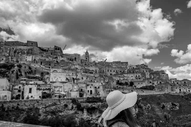 Solig sikt f?r gata f?r sommardag av Matera, Italien royaltyfria bilder