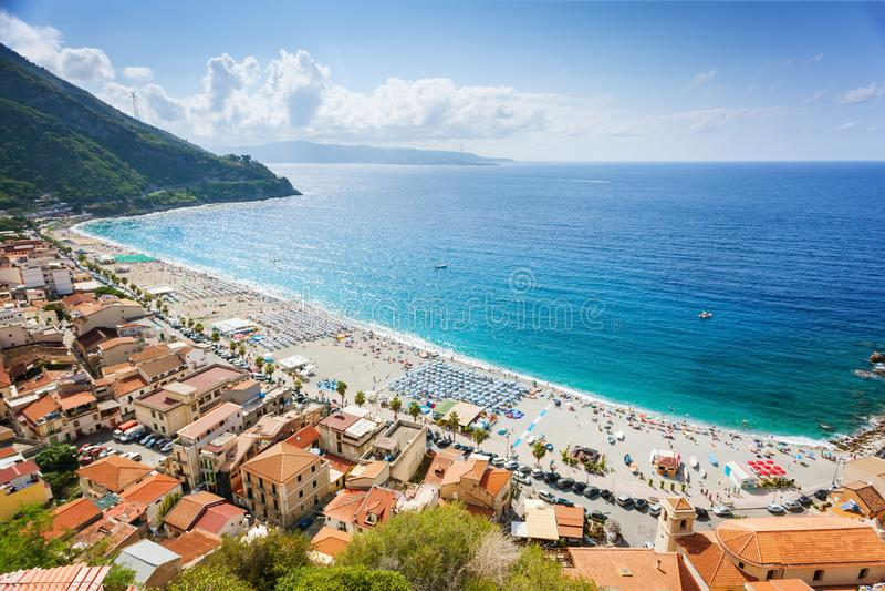 Solig sikt på den Scilla kuststranden i Calabria royaltyfri bild
