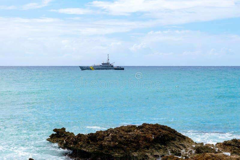 Solig sommardag längs den tropiska kustlinjen för karibisk ö royaltyfri fotografi
