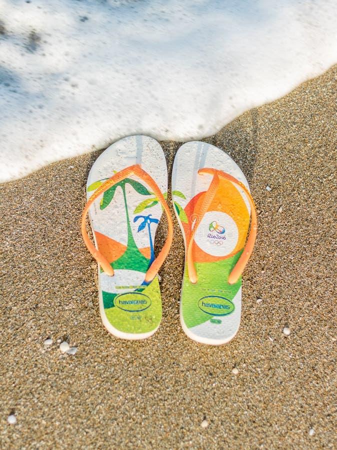 Solig sommardag som ralaxing på stranden i badskosandaler arkivfoto