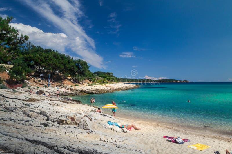 Solig strand i den Thassos ön med tirkizhavet royaltyfri fotografi