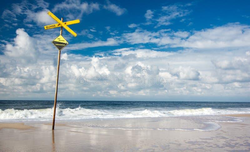 Solig strand och kitesurfing i Nordsjön! royaltyfri fotografi