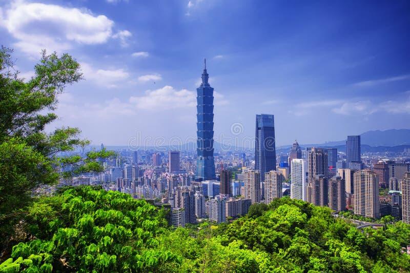 Solig Taipei stadsTaiwan horisont arkivbilder