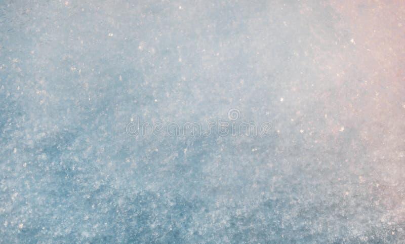 Solig textur för verklig snö Festlig bakgrund f?r vinter arkivfoton