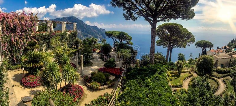 Solig trädgård ovanför havet i Ravello, Amalfi kust, Italien royaltyfri foto