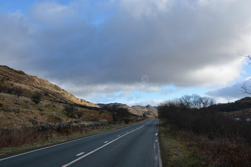 Solig väg Snowdonia norr Wales arkivfoton