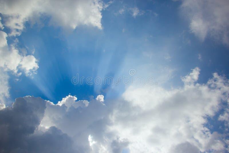 Soliga moln på himlen arkivbilder