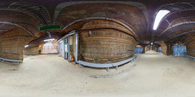 SOLIGORSK, БЕЛАРУСЬ - СЕНТЯБРЬ 2013: полностью безшовная сферически панорама 360 градусов внутренняя в обрушении породы больницы  стоковые фотографии rf