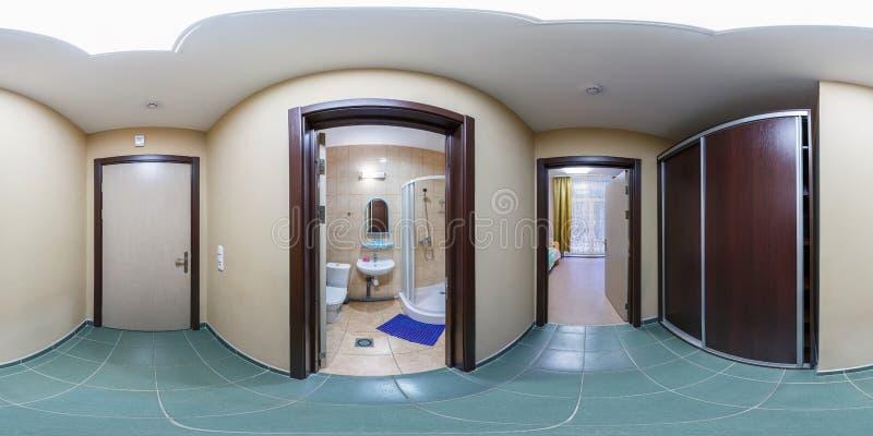 SOLIGORSK, БЕЛАРУСЬ - СЕНТЯБРЬ 2013: полностью безшовная сферически панорама 360 градусов в комнатах коридора небольшой гостиницы стоковая фотография rf