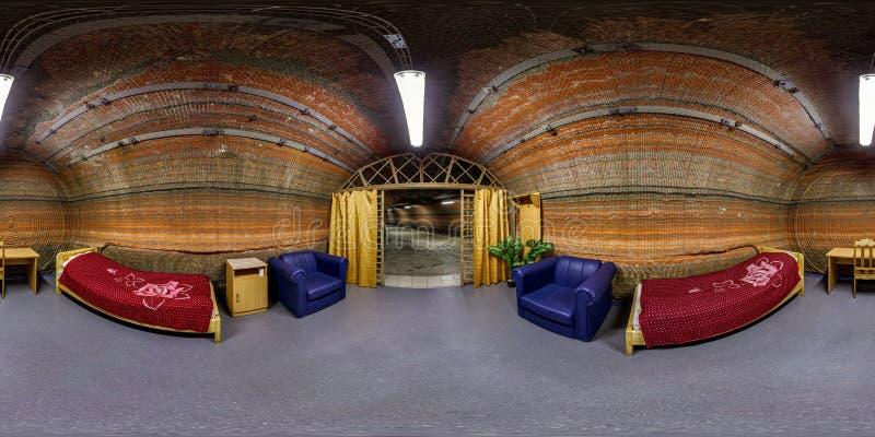 SOLIGORSK VITRYSSLAND - MARS, 2014: Fulla sömlösa sfäriska 360 grader metar panoramainre av sovrummet i speleoklinikgrottor av royaltyfri fotografi