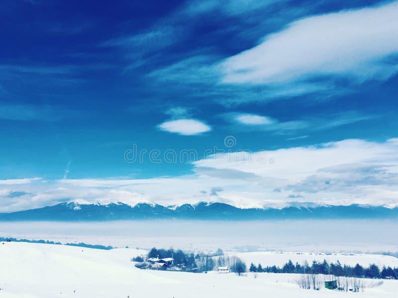 Soligt frostigt berglandskap royaltyfri fotografi