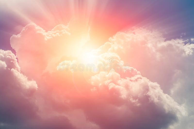 Soligt ljust för himmelmolnhimmel för framtid arkivfoto