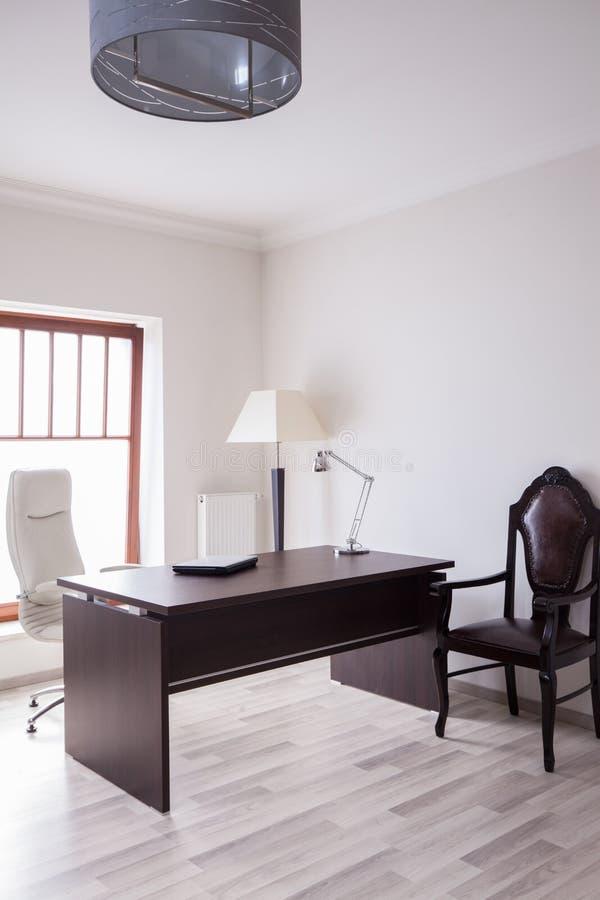 Soligt och praktiskt kontor arkivfoton