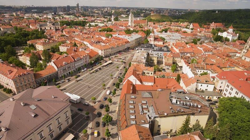 _ Soligt skott ovanför staden gamla Hall Square av Vilnius arkivfoton