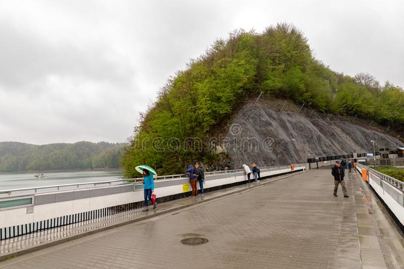 Solina,podkarpackie/波兰- 2019年4月,27日:在圣和Solinka河的水坝 一个巨大的水坝导致电在波兰 免版税库存照片