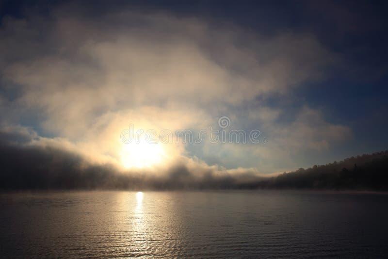 Solina Lake; Bieszczady; alba di autunno immagini stock