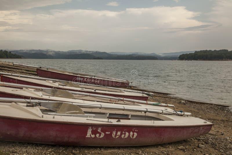 Solina Lake, Polônia sul - águas cinzentas e céus nebulosos fotos de stock