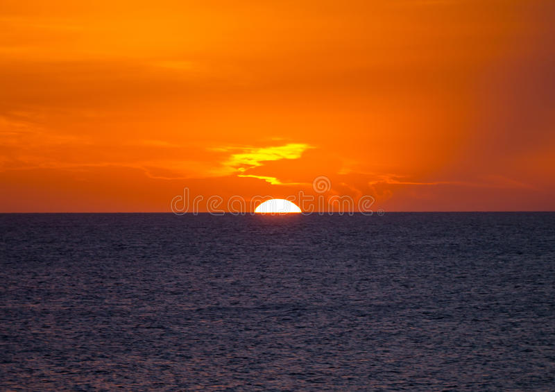 Solinställning in i havet arkivbilder