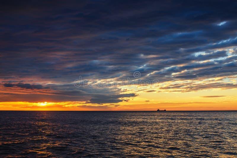 Solinställning på havet med seglinglastfartyget, scenisk sikt royaltyfria bilder