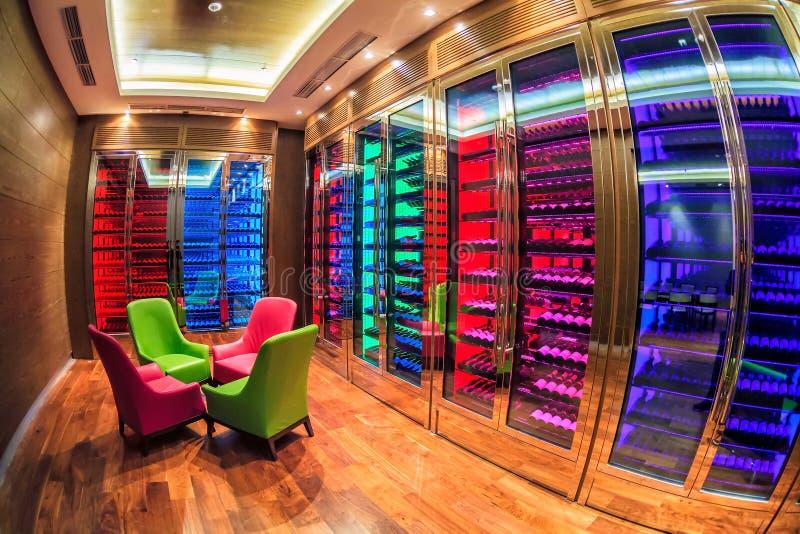 Solis索契旅馆酒室在现代样式执行与五颜六色的照明 许多酒瓶在酒细胞的架子说谎 免版税库存图片