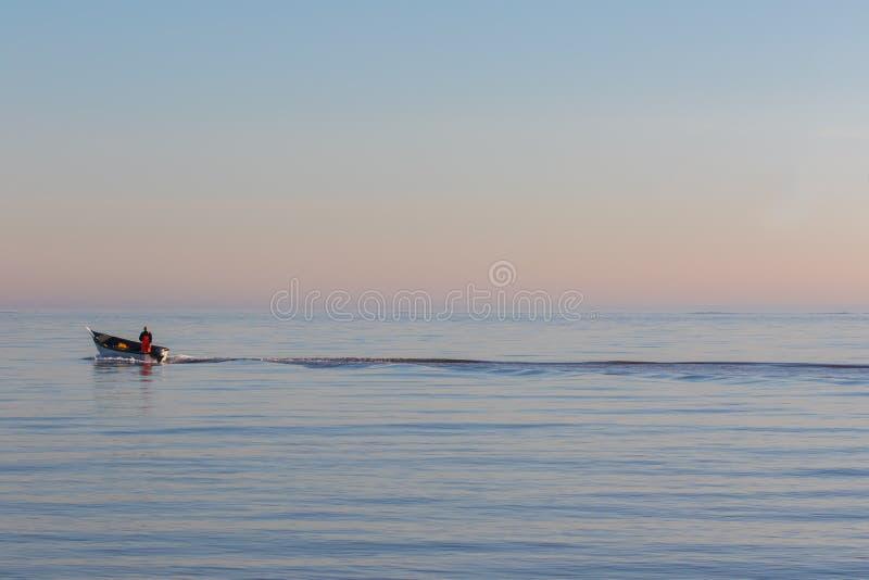 solitude Seulement en mer Petit bateau de pêche sur l'océan photo libre de droits