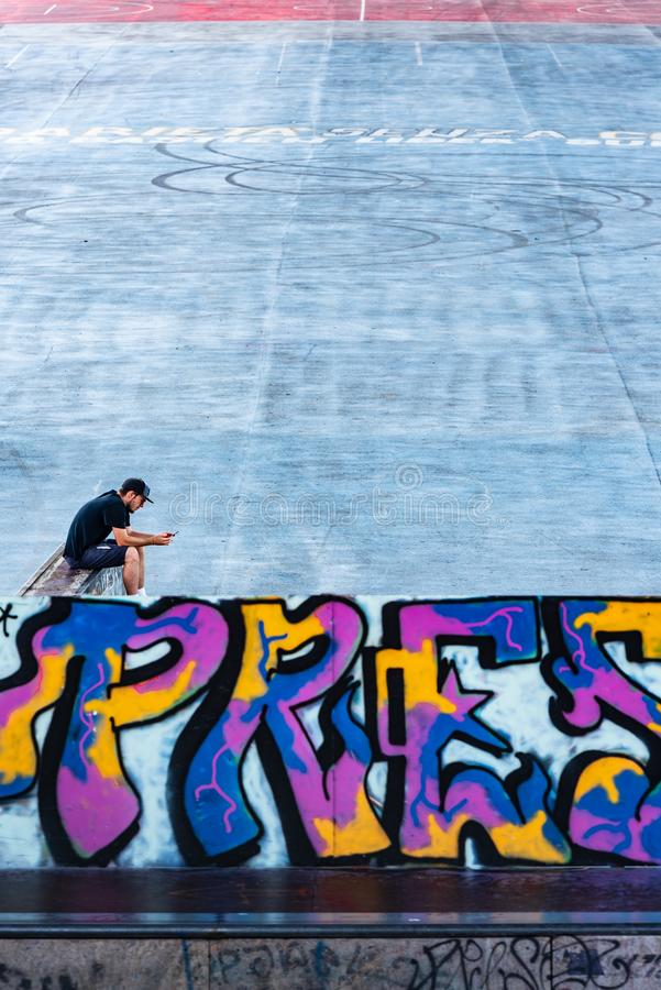 Solitude urbaine dans un parc de ville images libres de droits